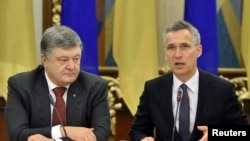НАТО Бош котиби Йенс Столтенбер (ўнгда) Украина Президенти Порошенко билан 10 июл куни Киевдаги анжуманда.