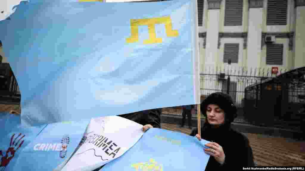 Активісти тримали плакати і прапори кримських татар