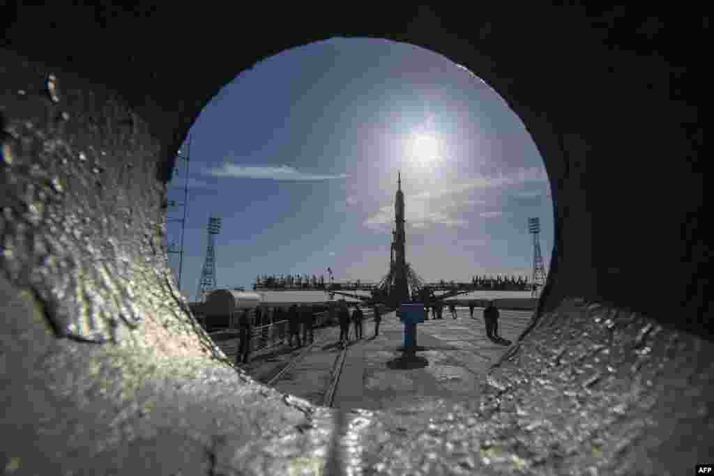 Касьмічны карабель Саюз МС-04 перад стартам 20 красавіка ляжыць на стартавай пляцоўцы на касмадроме Байканур, які Расея арануе ў Казахстане .