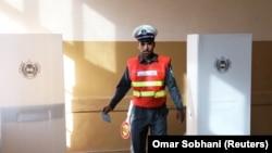 Un polițist afgan votează la Kabul