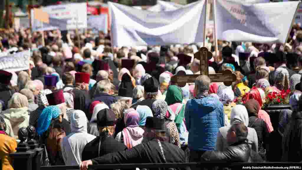 У документах, які 18 травня має розглянути Верховна Рада України, передбачається, що релігійні організації, пов'язані з Росією, будуть зобов'язані перереєструватися і погоджувати призначення своїх керівників із урядом України