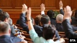 Депутатите драстично намалиха партийната субсидия и позволиха на бизнеса на финансира без лимит партиите.