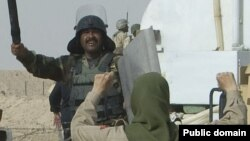مواجهه یکی از نیروهای سازمان مجاهدین خلق ایران در اردوگاه اشرف با نیروهای نظامی عراق