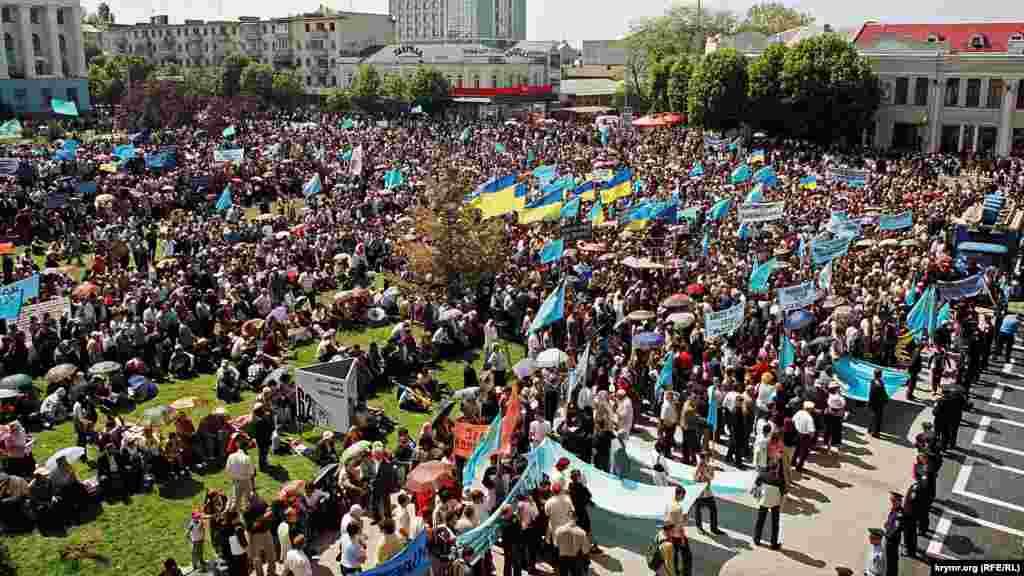 2006 рiк. На головній площі Сімферополя збираються тисячі людей