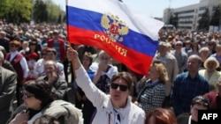 Россия тарафдорлари 27 апрель куни Донецк шаҳрида ўтказган намойиш.
