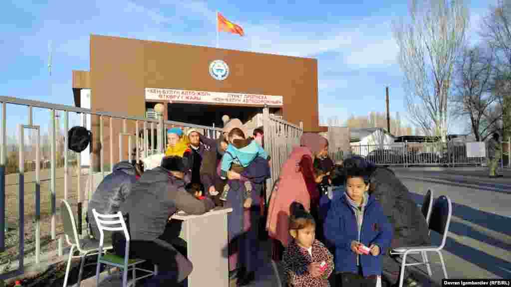 Казак-кыргыз чек арасында дунган улутундагы кыргызстандыктар Кордайдан бери өтө турган туугандарын күтүп турушат.