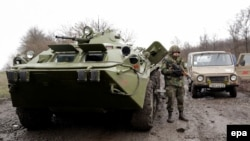 Украінскія салдаты патрулююць дарогу паміж Луганскам і Славянскам, недалёка ад Славянску, 2014 год