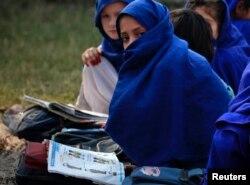 № 3 орта мектепте оқитын қыздар. Пәкістан, Хайбер-Пахтунхва провинциясы, Сваби ауылы, 15 қараша 2011 жыл. (Көрнекі сурет)