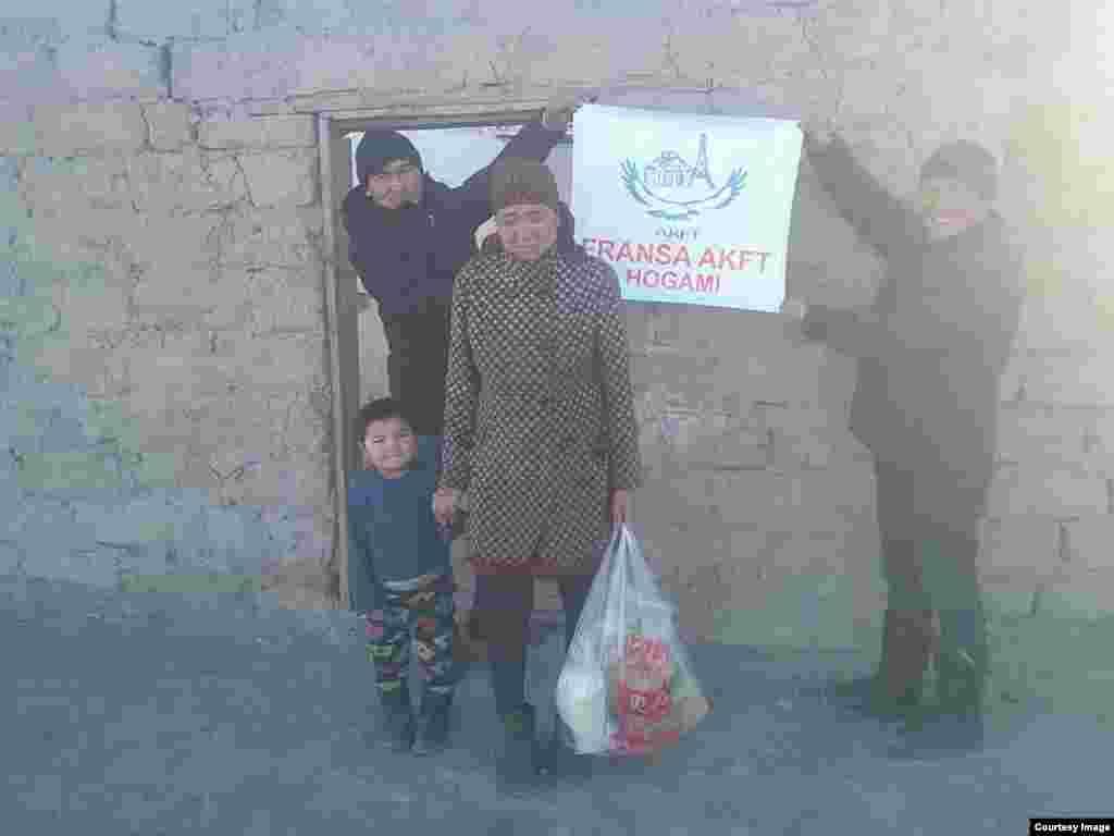 Баян-Өлгийдегі кейбір қазақ отбасыларына қажетті заттар үлестірілген.