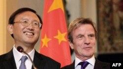 یانگ جیهچی، وزیر خارجه چین، در کنار برنار کوشنر، همتای فرانسویاش