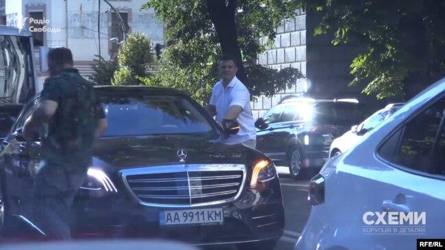 Журналісти помітили, як Тищенко залишив пасажирське сидіння і помінявся місцями з водієм