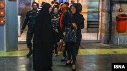 تذکر به زنان در ایران توسط نیروهای گشت ارشاد