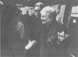 Ахматову встречают на вокзале Виктория (Лондон)