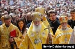 На передньому плані посередині патріарх Київський і всієї Руси-України Філарет