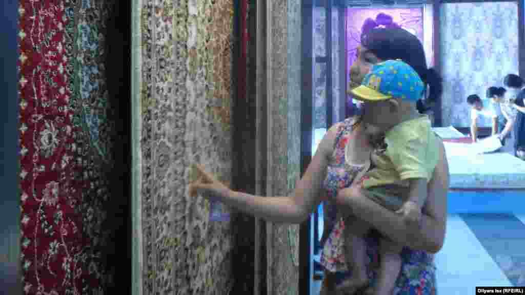 Женщина с ребенком на выставке.