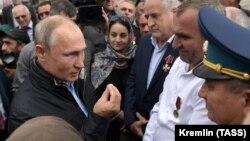 Президент РФ Владимир Путин во время общения с местными жителями в Ботлихе, 12 сентября 2019 года
