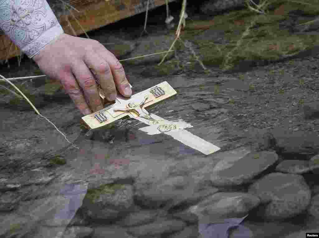 После службы верующие принимают участие в Крестном ходе, затем желающие окунаются в прорубь. В Алма-Ате место для купания оборудовали в реке Большая Алматинка