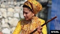 Türkmen zenanlary gadym döwürlerden bäri öz durmuşlaryna täsir edýän her bir wakany dilden-dile geçirip aýdym edip aýdyp gelýärler.