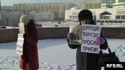Женщины проводят акцию протеста перед главной резиденцией президента Казахстана. Астана, 8 декабря 2009 года.