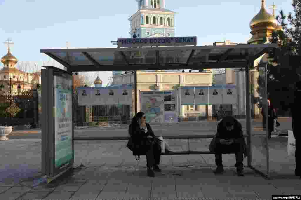 Люди наостановкеу православного Успенского собора в районе Мирабадского рынка в Ташкенте. 30 ноября 2016 года.