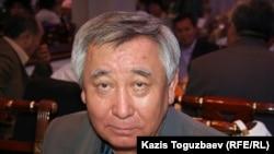 Диссидент Каришал Асанов на памятном мероприятии, проводимом в день рождения одного из лидеров оппозиции Алтынбека Сарсенбаева, убитого в 2006 году. Алматы, 12 сентября 2006 года.