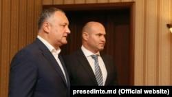 Pavel Voicu (stânga), alături de președintele Igor Dodon