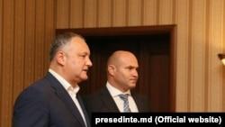 Președintele Igor Dodon cu noul ministru al apărării Pavel Voicu