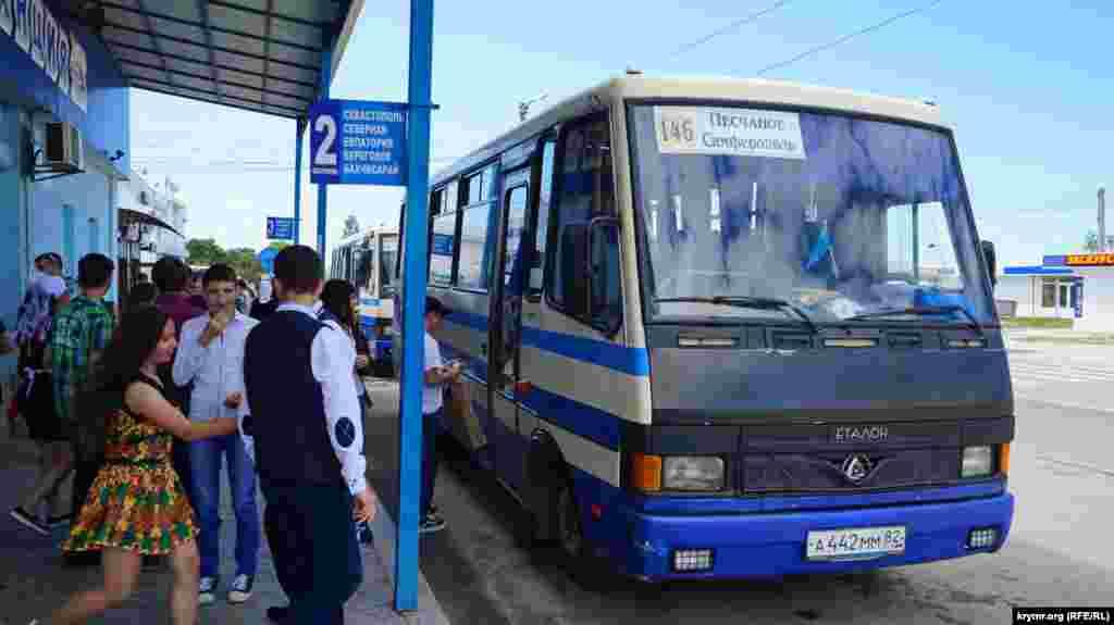 Основными пассажирами отъезжающих от автостанции Песчаного рейсовых автобусов становятся все те же школьники-выпускники