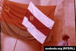 Дэпутатка Галіна Сямдзянава ўносіць нацыянальны сьцяг у Вярхоўны Савет, 24 жніўня 1991 г.