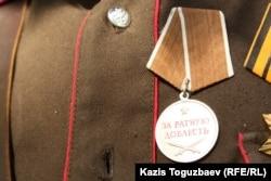 """Медаль """"За ратную доблесть"""", которой Григорий Рощин, по его словам, награжден за """"разведку"""" в Украине. Фотография медали сделана в Алматы 17 сентября 2014 года."""