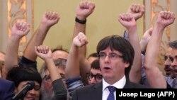 """Carles Puigdemont, cântând imnul catalan """"Els Segadors"""", după sesiunea Parlamentului de la Barcelona din 27 octombrie"""