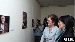 Посол США в Армении Мари Йованович посещает фотовыставку на тему «Свобода прессы: право на получение информации»