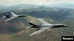 Pamje e dy aeroplanëve bombardues amerikanë, të tipit B-1B, që kanë fluturuar mbi Gadishullin Korean