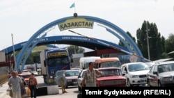 У пункта пропуска на границе Кыргызстана и Казахстана.