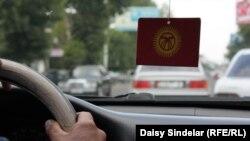Кыргызстанда оң рулдуу унаалар акыркы жылдары көбөйгөнү айтылууда. 2011-жыл. Ош.