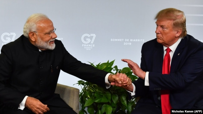 (ښی) د امریکا ولسمشر ډونالد ټرمپ (کین) د هند صدراعظم نرېندرا مودي د «جي ۷» غونډې په څنډه کې د لیدنې پر مهال