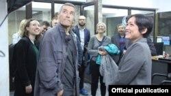 Даниялык журналисттер ЖК депутаты Аида Касымалиева менен парламент имаратында.