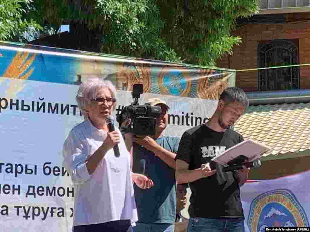 Жиналғандар алдында сөйлеп тұрған журналист Гүлжан Ерғалиева.