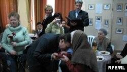 Перший заступник представника Президента Євген Драп 'ятий ц ілує руки Аліме Бекіровій