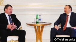 Президент Азербайджана Ильхам Алиев на встрече с министром обороны России Анатолием Сердюковым (слева), 27 декабря 2008 года