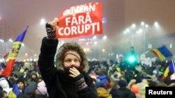 Демонстрациялар күндүн сууктугуна карабай токтогон жок. Бухарест, 7-февраль, 2017-жыл.