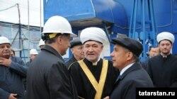 Марат Хөснуллин (с), Равил Гайнетдин һәм Рөстәм Миңнеханов мәчет төзелешен тикшерә