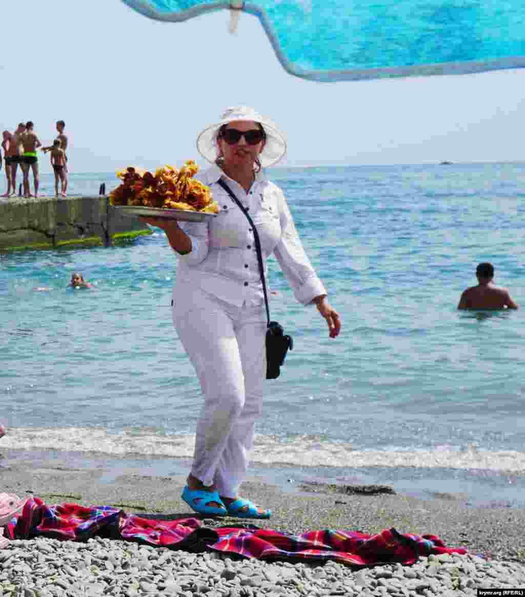 Пляжная картина, по-прежнему, неизменна: между обнаженных тел«маневрируют» продавцы пахлавы и кукурузы. К примеру, за первую традиционную пляжную вкусность его владелица просит 100 рублей, за второй – вдвое дешевле