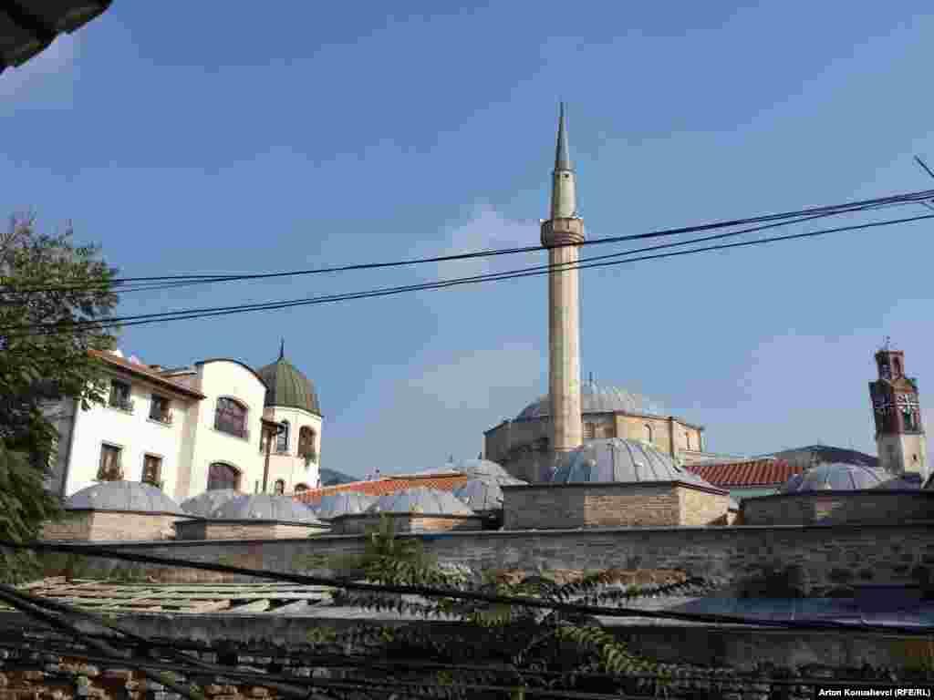 Приштинадағы үлкен хамам моншаның күмбезді шатыры және қатар тұрған мешіт пен христиан ғибадатханасы.
