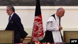 Абдулла Абдулла (слева) и Ашраф Гани после подписания соглашения о разделении власти. Кабул, 21 сентября 2014 года.