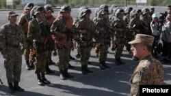 Armenia - Defense Minister Seyran Ohanian inspects Armenian troops stationed along the border with Azerbaijan, 9Aug2016.