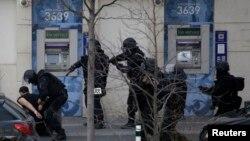Полиция күдіктіні тұтқындап жатыр. Коломб, 16 қаңтар 2015 жыл.
