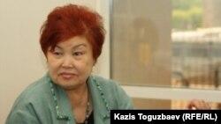 """Президент общества инвалидов-женщин """"Биби-ана"""" Бибигуль Имангазина в здании Алматинского экономического суда ожидает судебное решение. Алматы, 20 мая 2011 года."""