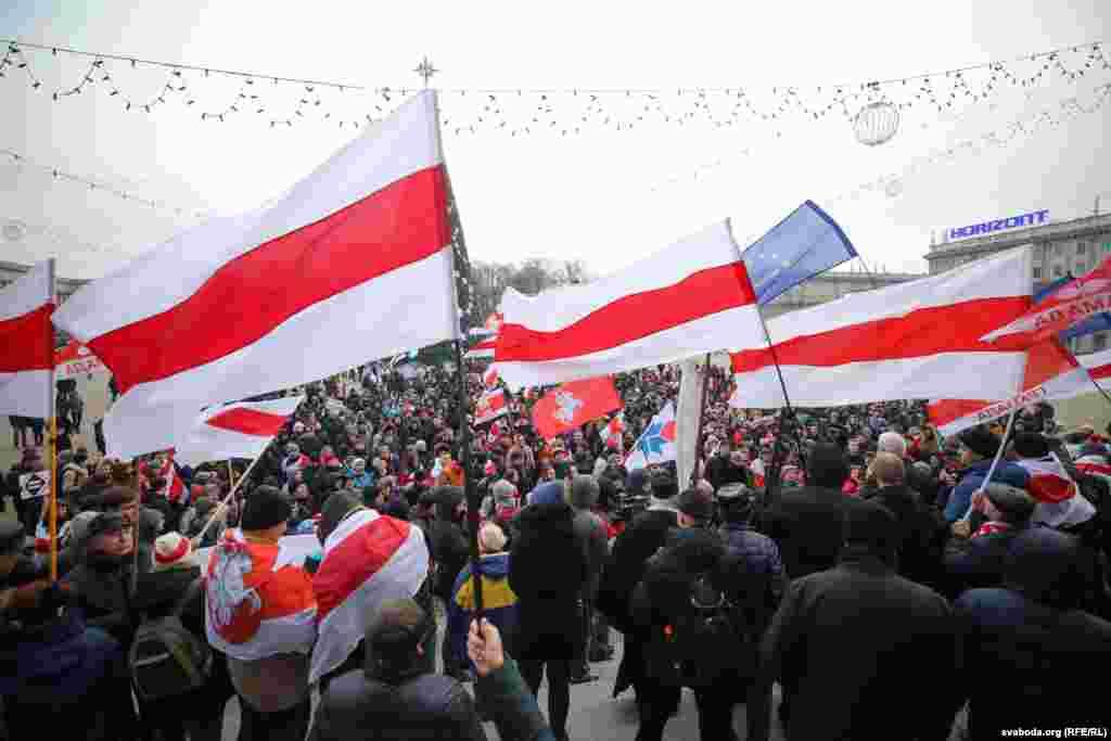 После короткой речи на площади Независимости оппозиционер ПавелСеверинец призвал участников акции идти к площади Свободы.В протестном шествии на разных этапах участвовали от нескольких сотен до тысячи человек.