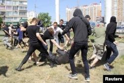 """Гомофобы избивают полицейского во время """"Марша равенства"""""""